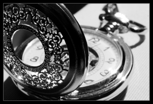 black_and_white_pocket_watch_by_clawzskunk